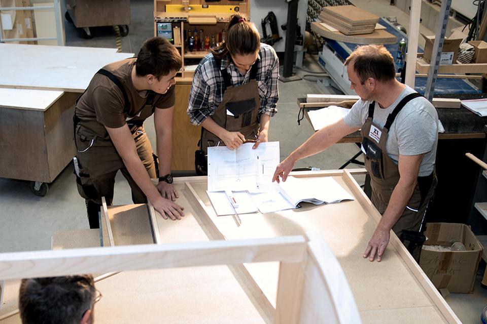 Teamwork Tischler,Koepke und Kasiske,Tischlerei Rügen,Moebel- und Ladenbau