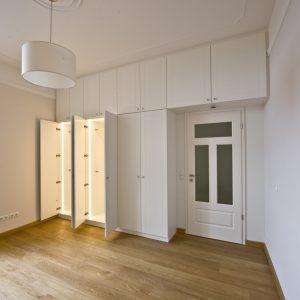 Kleiderschrank-Einbauschrank-lackiert-weiss-Tischlerei-Rügen-KuK-Möbel-und-Ladenbau