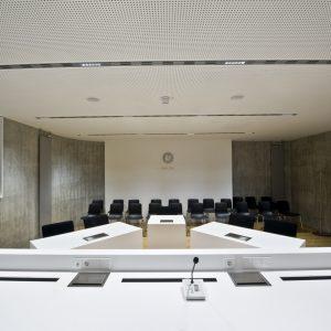 Gerichtssaal-Tischlerei-Rügen-KuK-Möbel-und-Ladenbau