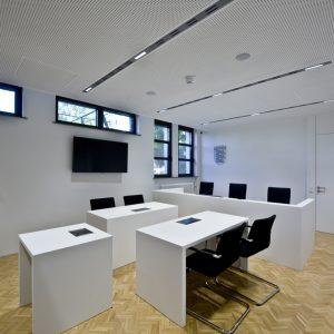 Richtertisch-Gerichtssaal-Tischlerei-Rügen-KuK-Möbel-und-Ladenbau