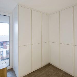 Kleiderschrank-Einbauschrank-beleuchtet-weiss-Tischlerei-Rügen-KuK-Möbel-und-Ladenbau