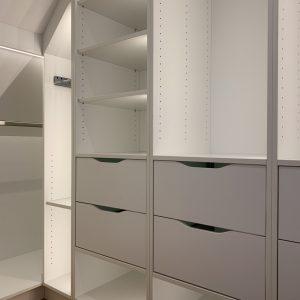 Ankleidezimmer-Kleiderschrank-beleuchtet-Dachschräge-Tischlerei-Rügen-KuK-Möbel-und-Ladenbau